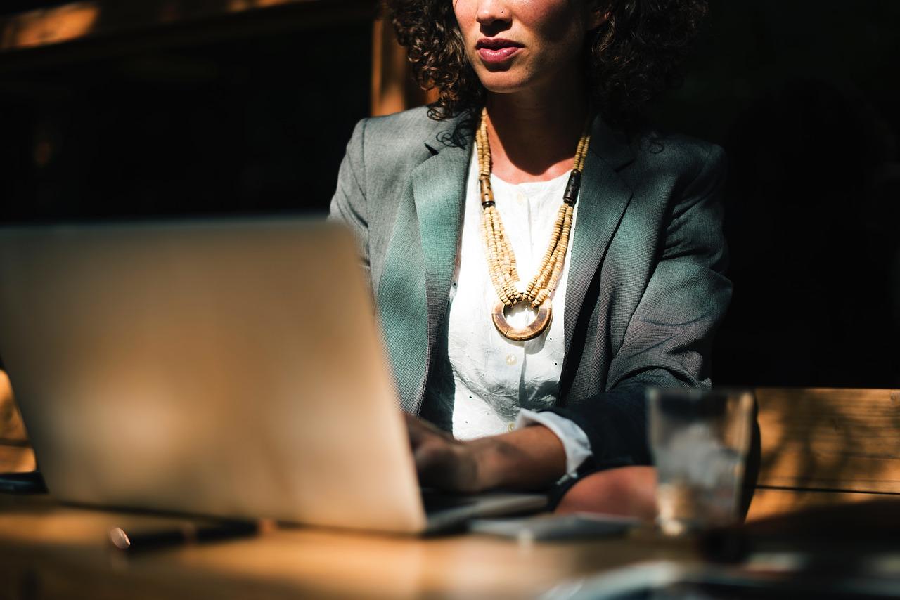 Kvinna framför en dator