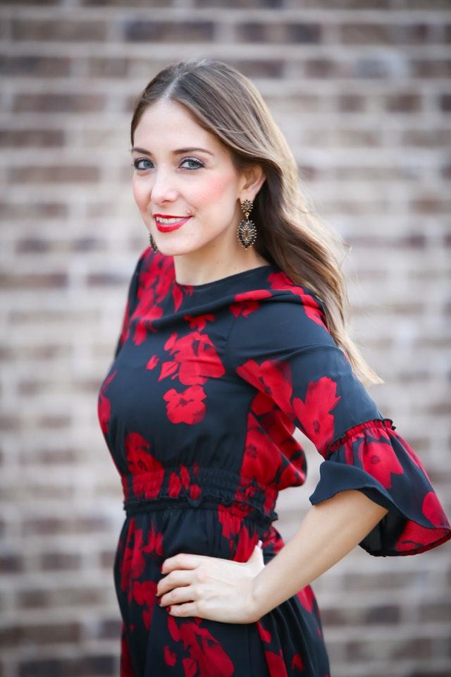 Kvinna klädd i långärmad klänning